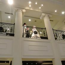 階段の上からブーケトス