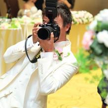 カメラマンは新郎