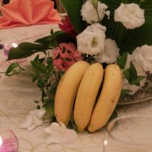 テーブルに本物のバナナを飾りました。