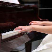 茶色のかわいいピアノで演奏しました。