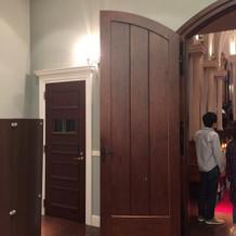 チャペルの扉も、厚みがあって可愛らしい。