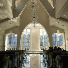 天井が高く広いバージンロードのチャペル
