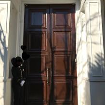 披露宴会場・ベネツィアの背の高い門