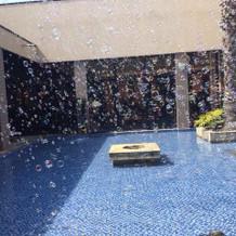 式場の中央にあるプール