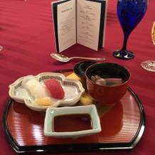 紅白のお寿司とお吸い物