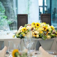 メインテーブルはひまわりの装花