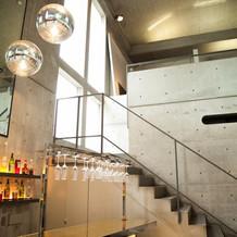 入口すぐのバーカウンターと階段