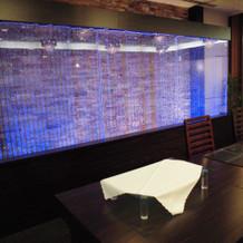 メインテーブルの後ろの水槽