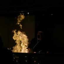 オープンキッチンの炎の演出