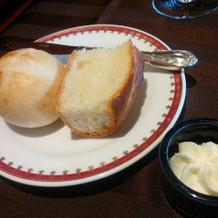 自家製パン。 バターはフワフワ。