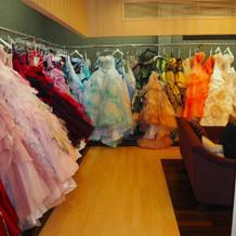 スタイルやカター豊富なドレス・タキシード