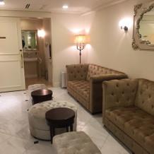 2階親族控え室。奥に多目的トイレ有り。