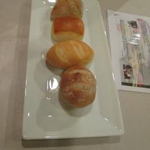 パンは種類があり、希望により追加する