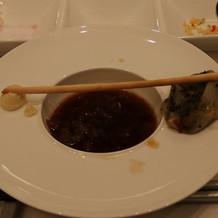 スープ。横に玉ねぎが飾っています。