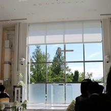 窓ガラス両側壁には、撮影用カメラが常備
