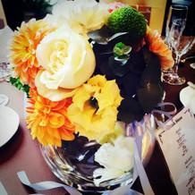 ゲストテーブル装花。丸い花瓶がかわいい