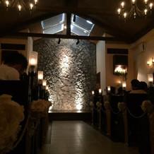 挙式会場。天窓から光が差し込む。