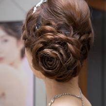 髪の毛でバラの花