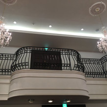 二階からブーケトス