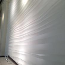 チャペルの入り口前にはアートな壁