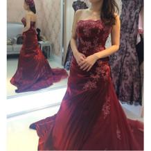 披露宴会場に合いそうな色合いのドレス