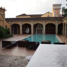 庭にプール付きの会場