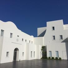 白を基調とした建物
