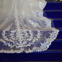 青いバージンロードにドレスが映えます
