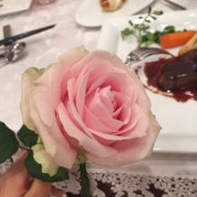 各テーブルに配られたバラ