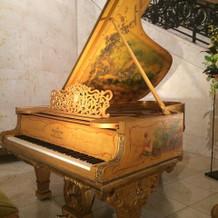 装飾が施された珍しいグランドピアノ