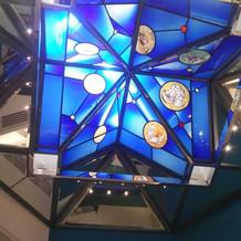 祭壇上のステンドグラス