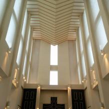 天井が大変高く、声が響きます。