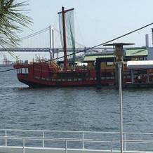 大きい船もすぐそばを通ります