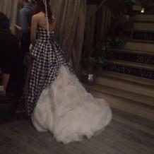 チェックドレスの後ろ姿です。