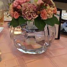 会場の雰囲気と装花が非常に合っています。