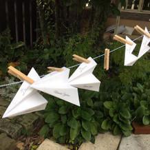 紙飛行機のエスコートカード。