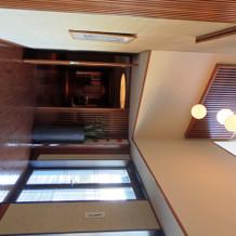 控え室廊下、広々とした天井。