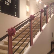 大きな階段があります