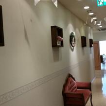 待合室から式場へ続く廊下