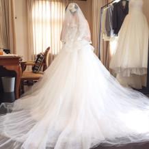 チュールタイプのドレス。
