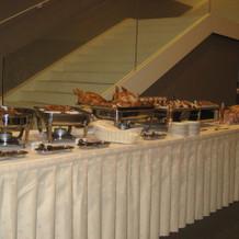 会場横に美味しそうな料理が並んでいました