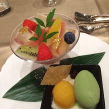 桃寒天と季節の果物。デザートにおすすめ