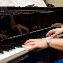 披露宴会場でピアノを生演奏してくれます