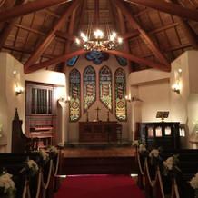 ステンドグラスが印象的な教会。
