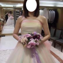 レインボーカラーのドレス