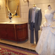 タキシードとウエディングドレス
