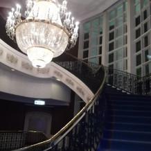 シャンデリアの下の階段