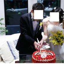 達磨ケーキ、入刀前の目入れ