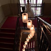 階段や電球もとてもモダンな雰囲気