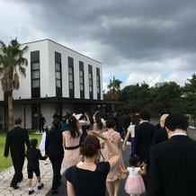 式場から披露宴会場は外を歩きます
